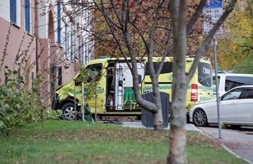 Повредени 2 бебиња: Амбулантно возило влета во толпа луѓе
