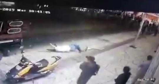 Го врзале градоначалникот за камион и го влечеле по улици- причината е неисполнето предизборно ветување