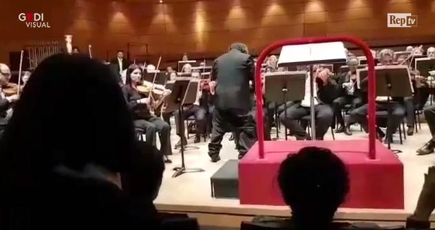 Цела сала урлаше од смеење: Среде концерт диригентот остана по гаќи (ВИДЕО)
