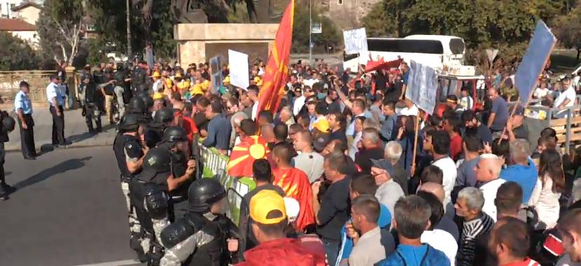 Земјоделците го поминаа полицискиот кордон и стигнаа до Влада