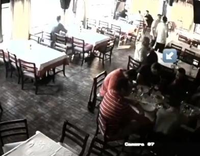 ВИДЕО: Професионален крадец за 10 секунди украде чанта од позната скопска кафеана среде бел ден