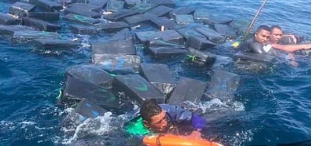 Дрогата им го спаси животот на криумчарите: Колумбиската морнарица налета на наркодилери кои преживеале бродолом (ВИДЕО)