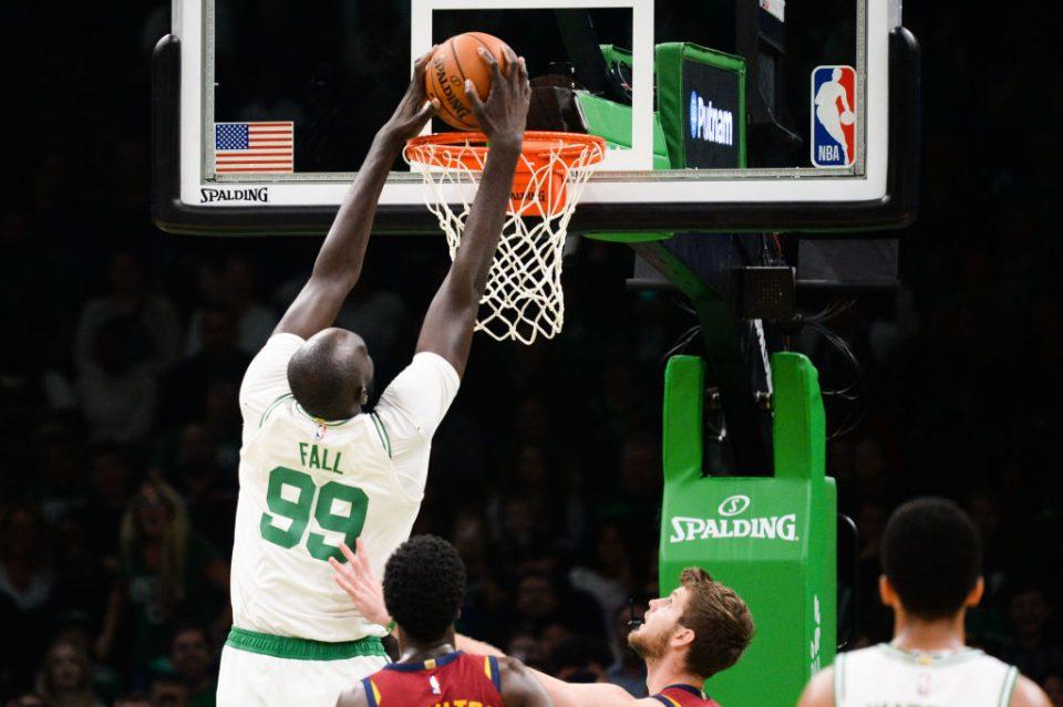 Бизарна повреда: Највисокиот играч во НБА се удрил во таван и доби потрес на мозокот