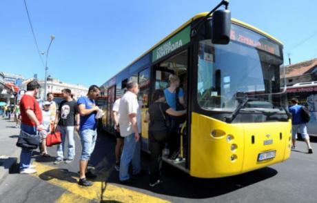 Тинејџер украл автобус во Белград – Застанувал на секоја станица како професионалец
