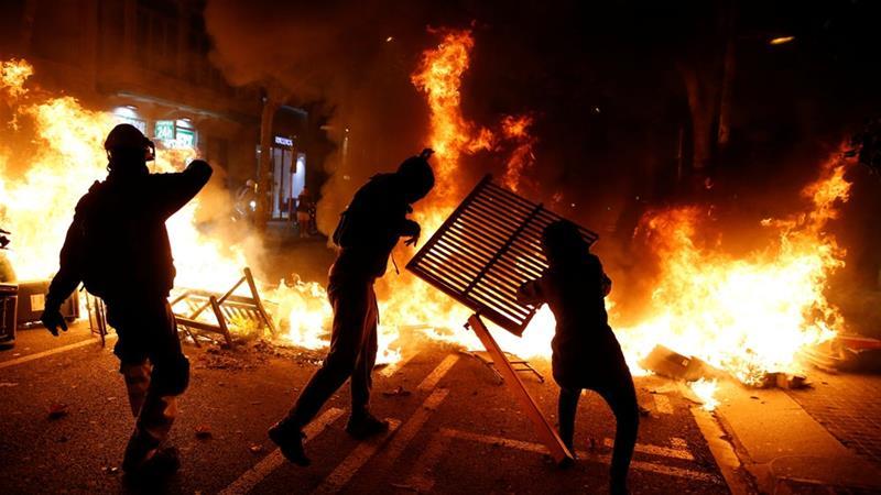 ФОТО+ВИДЕО: Насилни судири меѓу полицијата и демонстранстите во Барселона