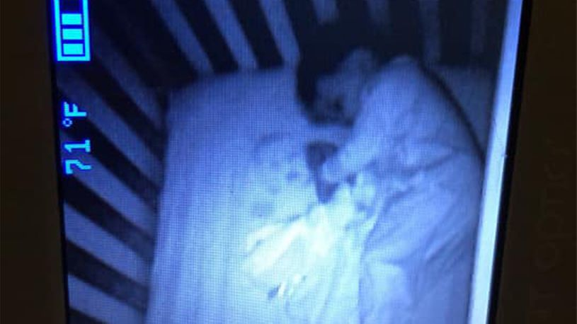 Не можела око да склопи: Мајка мислела дека гледа дух во креветчето на нејзиното синче (ФОТО)