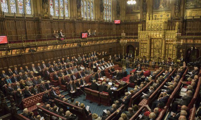 Британскиот Парламент денеска одлучува за вонредни избори