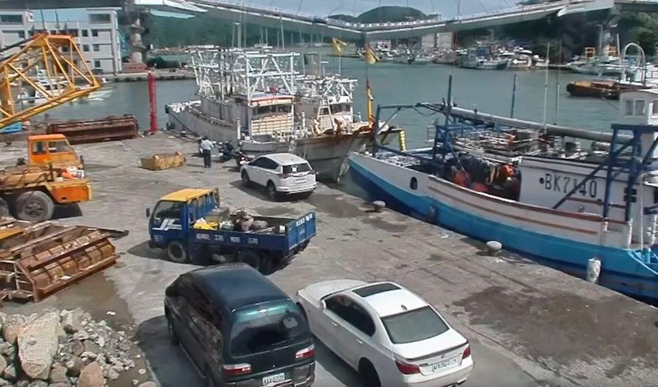 ВОЗНЕМИРУВАЧКО ВИДЕО: Падна огромен мост во Тајван, тони бетон и цистерна со нафта паднаа врз рибарски бротчиња