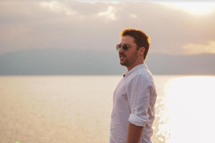 Позитивен ритам и одличен спот: Слушнете ја новата песна на Даниел Крстески (ВИДЕО)