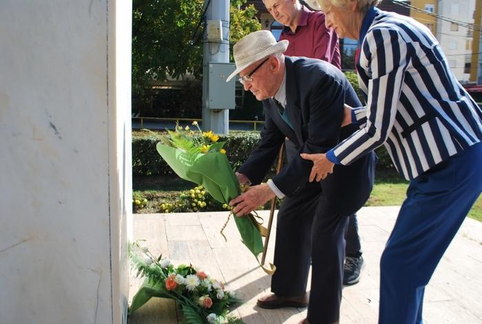 Деведесет и седум годишен партизан положи цвеќе пред Споменикот на револуцијата во Струмица (ФОТО)