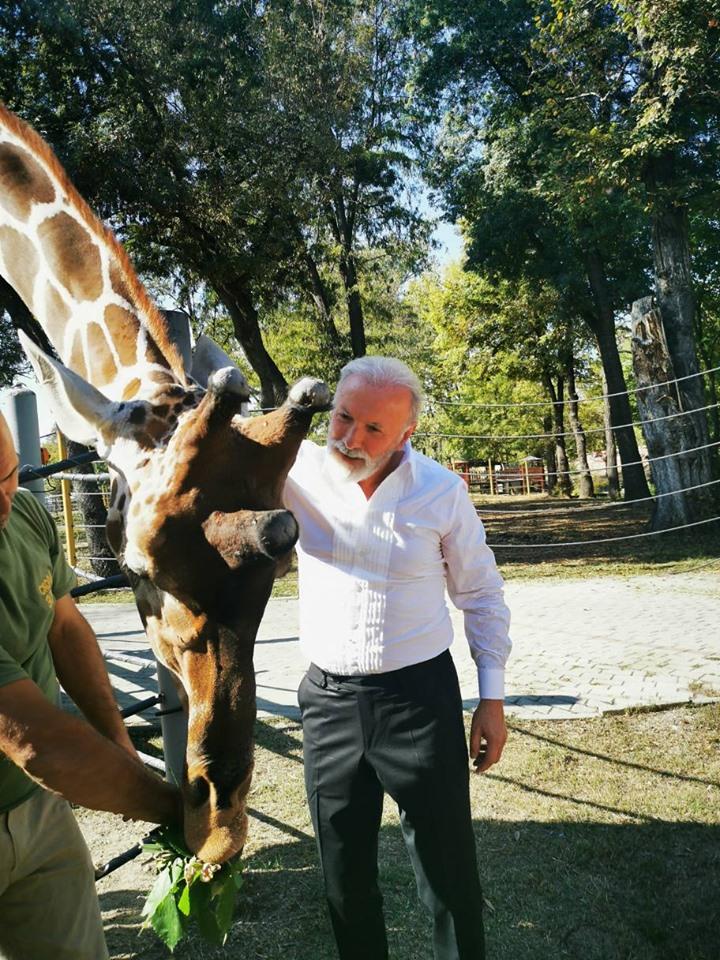 Дино Мерлин ја посети зоолошката во Скопје (ФОТО)