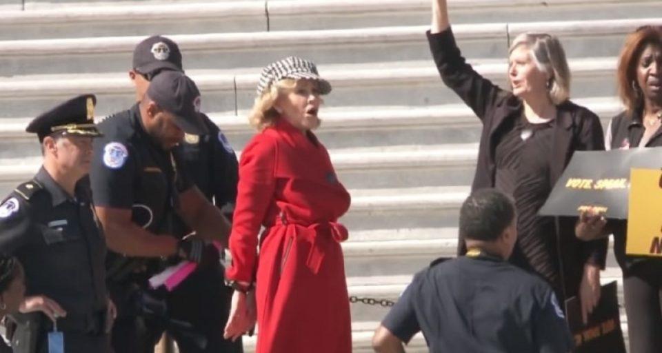 Познатата актерка уапсена на протест – Веднаш и ставија лисици и ја спроведоа во станица (ВИДЕО)