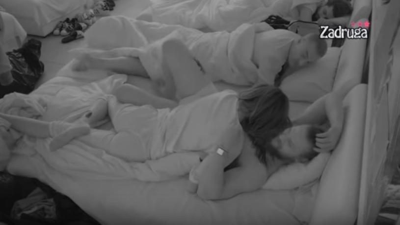 """Тара сама си го бара: Спејко само што влезе во """"Задруга"""" веќе имаше влажна ноќ во кревет (видео)"""