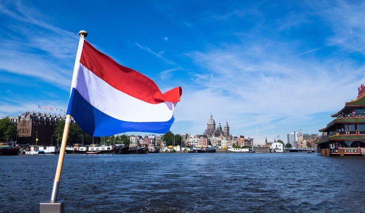 Холандија го укинува физичкото растојание и воведува ковид-пропусница