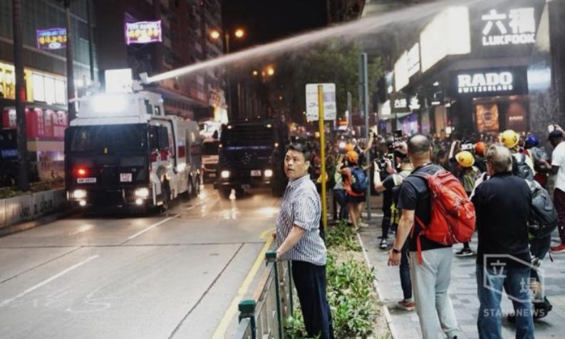 (ВИДЕО) Полицијата со солзавец против демонстрантите во Хонг Конг