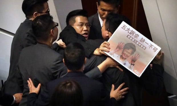 ФОТО+ВИДЕО: Продолжуваат немирите во Парламентот на Хонг Конг, се бара оставка од Лам