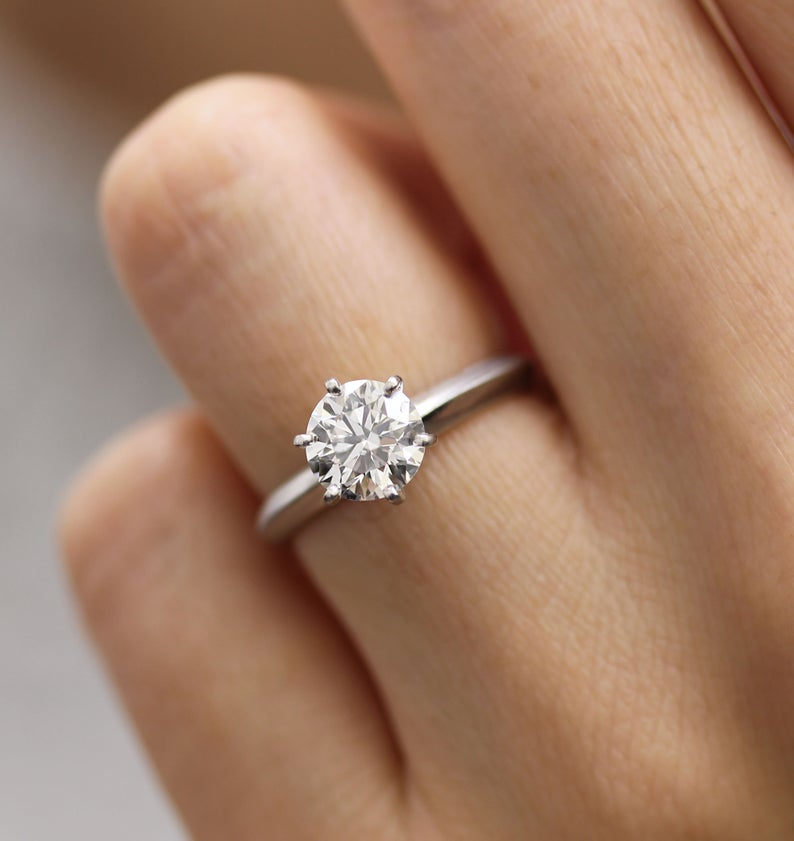 """ФОТО: """"Дали татко ти ја мрази мајка ти"""" – го објавила свршеничкиот прстен на мајка ѝ и сите се згрозиле"""