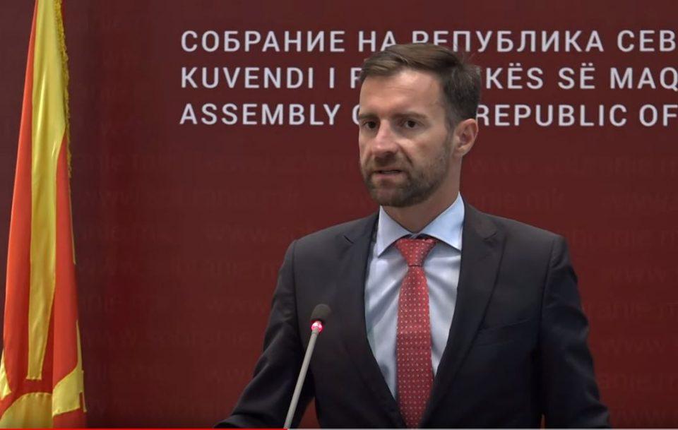 Пратеници на СДСМ го поддржаа предлогот на Димовски за тргање од дневен ред на Законот за Инспекторат за употреба на јазиците, мнозинството го одби