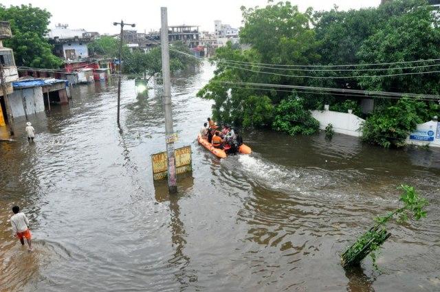 ФОТО+ВИДЕО: Катастрофални снимки од поплавите во Индија, 140 загинати