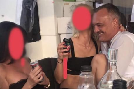 Секс скандал: Политичар снимен среде оргии со проститутки на јахта