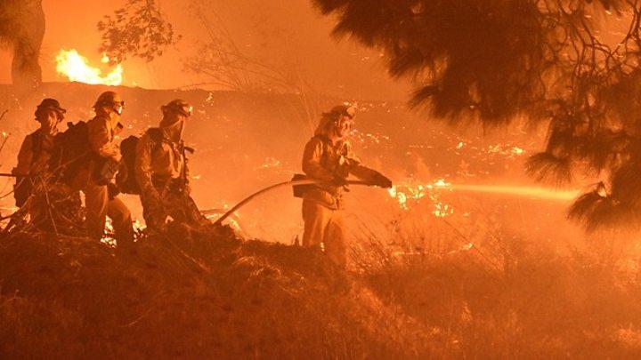 Нов бран пожари во Калифорнија: Опасноста двојно зголемена, исклучена струјата во милион домови