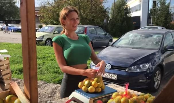 """Повеќе од 50 000 следбеници: Вака изгледа """"Инстаграм"""" профилот на хрватската продавачка на мандарини"""