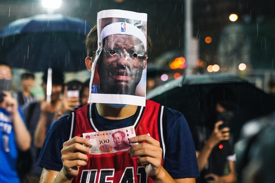 ФОТО: Демонстрантите во Хонг Конг лути на Леброн Џејмс, го запалија дресот на НБА ѕвездата