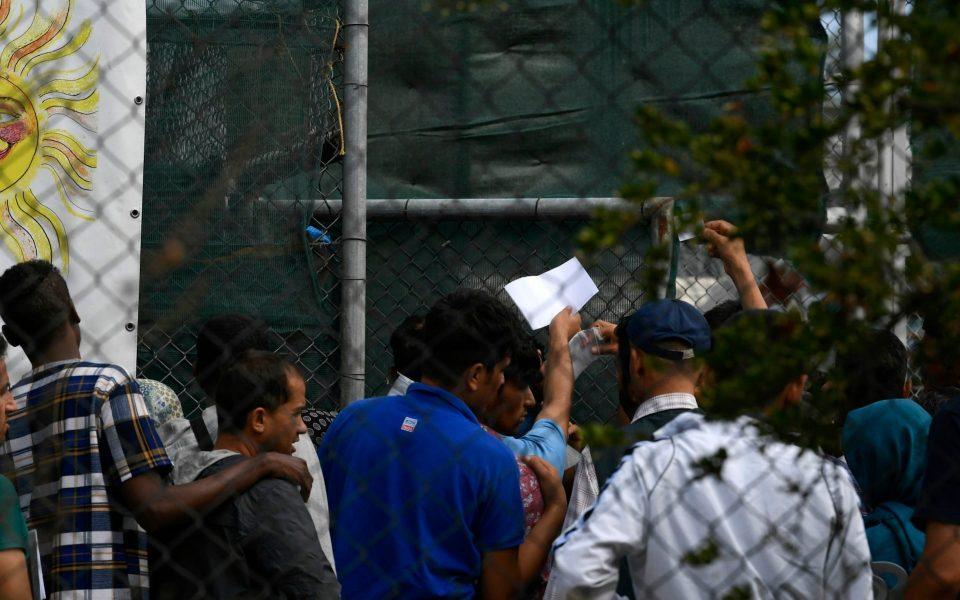 Од Лезбос во Атина пренесени 215 бегалци и мигранти