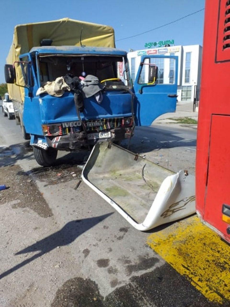 Камион се заби во автобус на ЈСП, повредени 5 лица (ФОТО+ВИДЕО)
