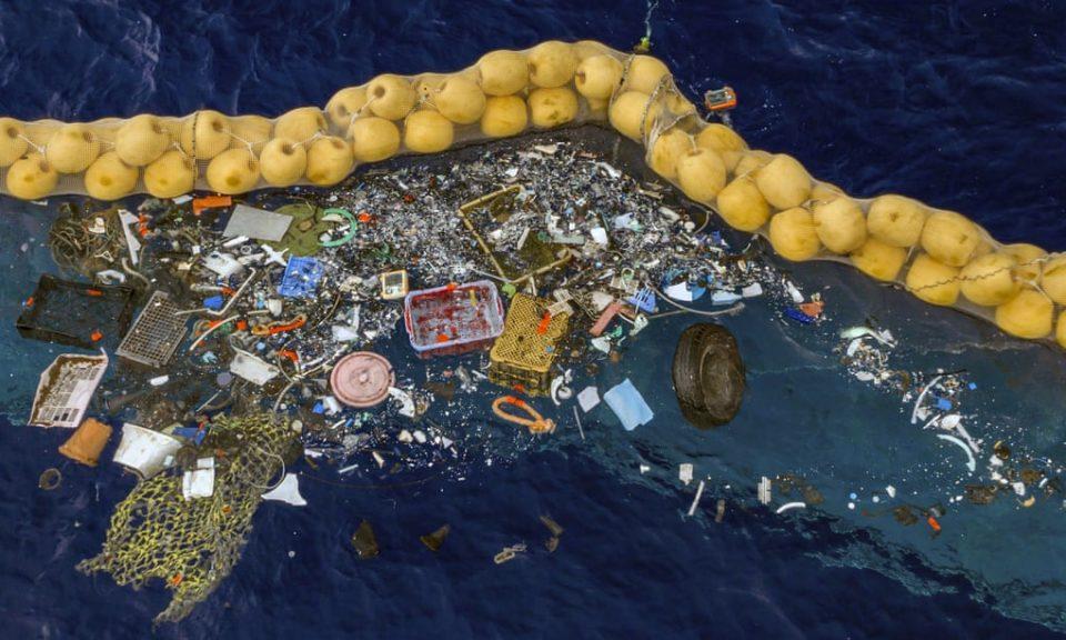 ФОТО: Отпадот во Пацификот го чисти огромна направа што плута