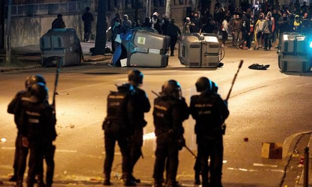 ВИДЕО: Нови судири меѓу полицијата и демонстрантите во Барселона