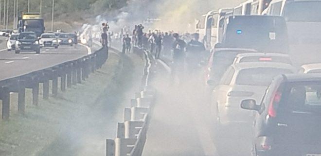 ФОТО: Навивачите на Олимпијакос дивееа пред Белград, колапс на автопатот