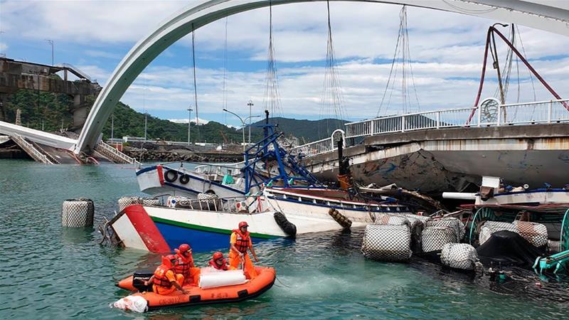 Мост се урна во Тајван: Повредени шест лица, се трага по исчезнатите (ФОТО)