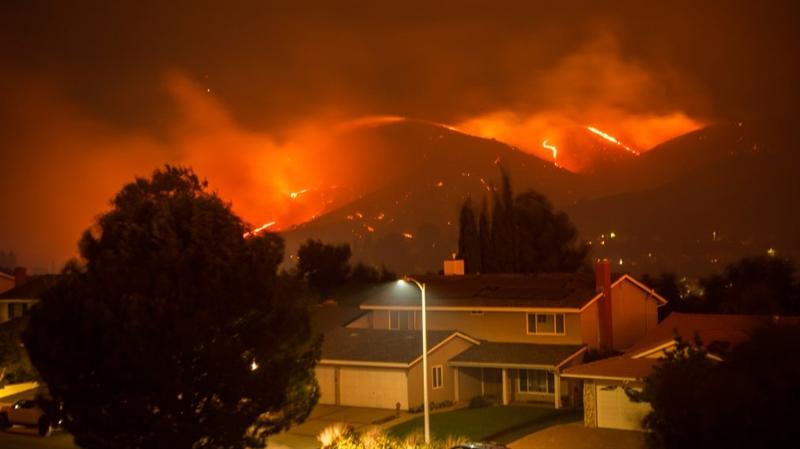 Пожар пустоши низ Калифорнија – горат и првите куќи во близина на Лос Анџелес (ВИДЕО)