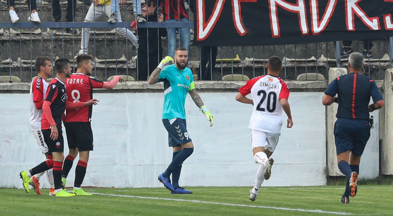 ВИДЕО: ХАОС во Тетово, играчите на Вардар нападнати, летаа предмети од трибините