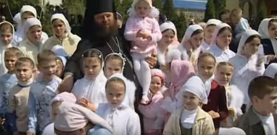 """Владика одгледал 400 деца од кои 250 ги посвоил и сите го викаат """"тато"""""""