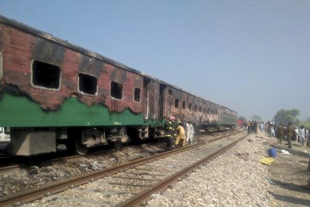 ВИДЕО: Се запали воз во движење во Пакистан, најмалку 65 загинати