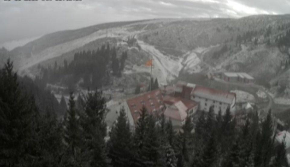 Падна првиот снег во Македонија (ВИДЕО)