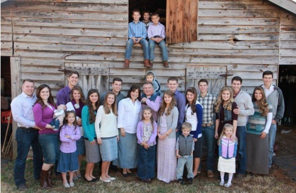 """""""Ова е Божји благослов"""": Тие се едно од најголемите семејства на светот, имаат 19 деца и планираат уште (ФОТО)"""
