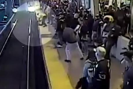 ВИДЕО: Снимка од која се замрзнува крвта – секунда фалела човек да биде прегазен од воз