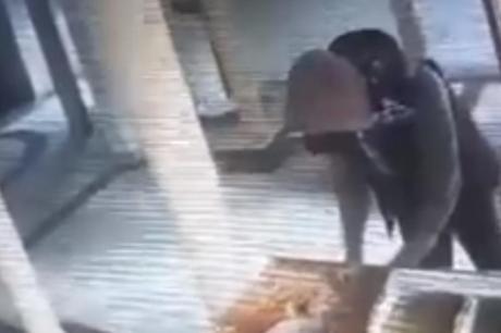 ВИДЕО: Без трошка срам ги собра сите пари од иконата- камерите го фатија на дело