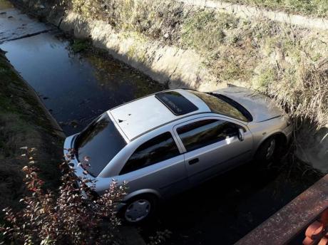 """ФОТО: Србин го """"паркирал"""" автомобилот на начин каков никој не може- сите се чудат како успеал"""