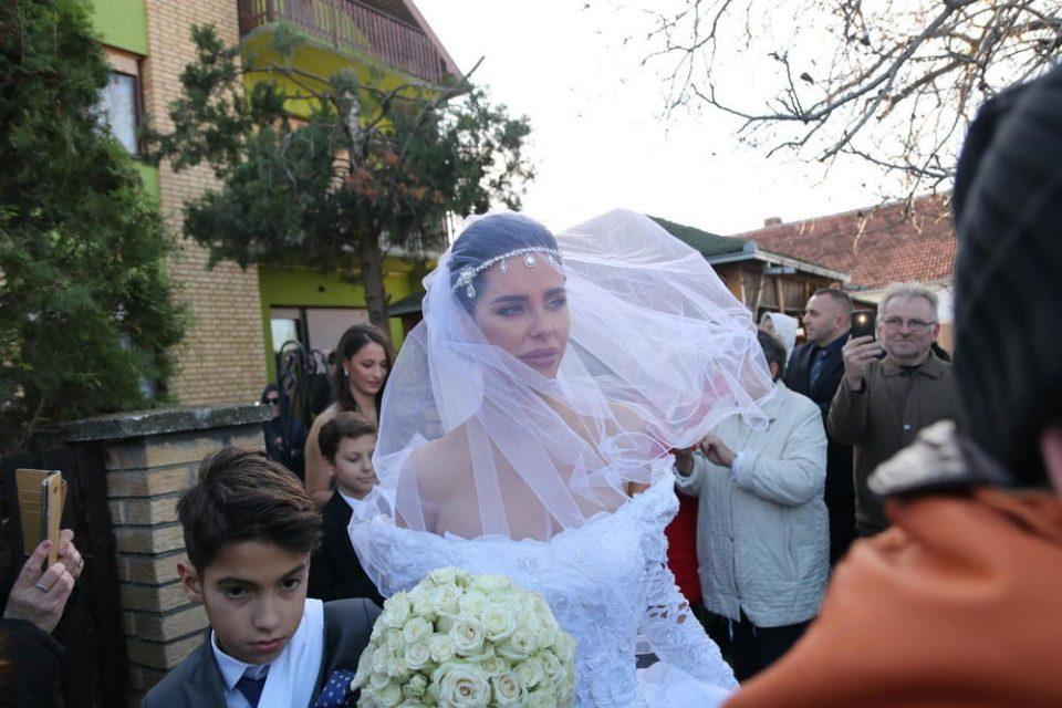 Сите зборуваа за венчаницата на Богдана, но никој не ги забележа нејзините обувки: Избраничката на Вељко направи ваков избор! (ФОТО)