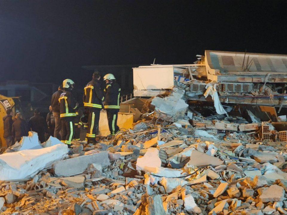 ТРОГАТЕЛНО: Близначиња и нивниот брат во прегратка на мајката пронајдени под урнатините- бројот на загинати се искачи на 46