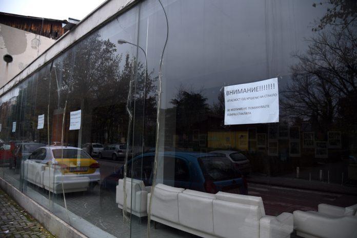 ФОТО: Не поминувајте покрај Драмски, да не ви паднат стаклата на глава?!