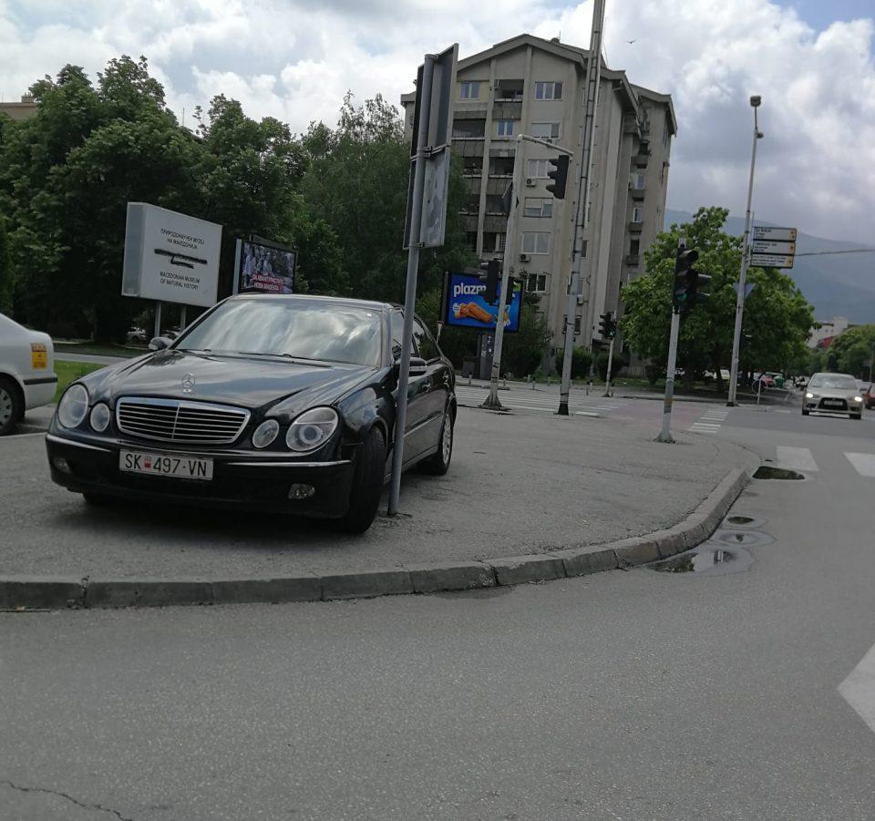 ФОТО: Со мерџото од Град Скопје вака ли се паркира, во Индија ли научивте вака да паркирате?
