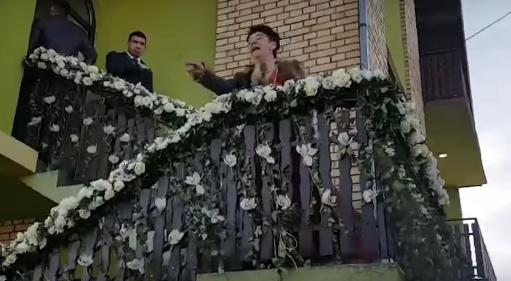 Избегната трагедија на свадбата на Вељко и Богдана: Бабата на невестата сакаше да се поздрави со Цеца па доживеа немил настан (ВИДЕО)