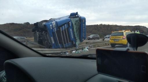 Македонски камион се преврте на автопатот Ниш- Белград, возачот во болница