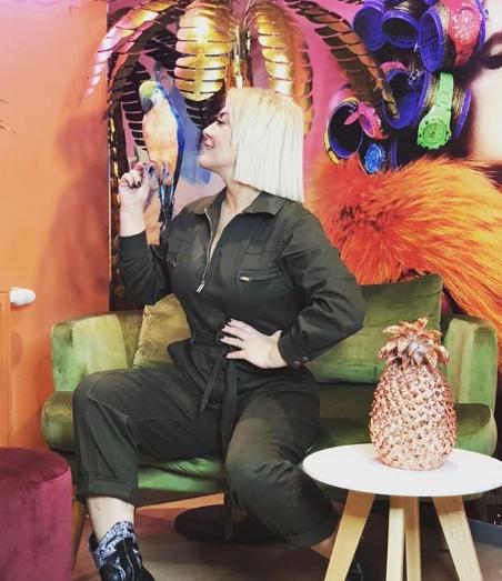 Сопругот ја врзал со ланци: Пејачката ги изненади сите на Инстаграм со новата морничава фотографија