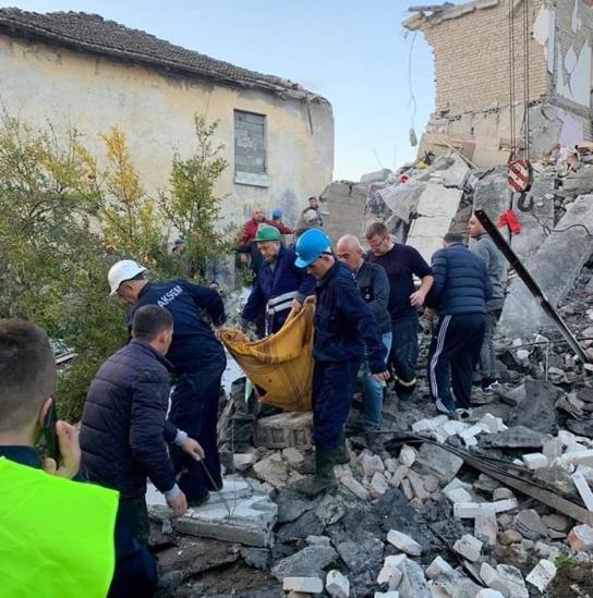 Од оваа глетка ќе ви се заледи крвта- спасувачките екипи под урнатините извадија две тела на девојче и тинејџерка во Драч (ФОТО)
